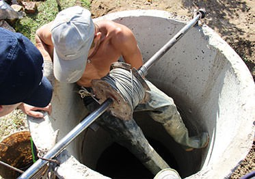 Визит бригадира на участок для ремонта колодца